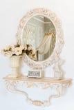 Luksusowa sypialni ściana w lekkich kolorach z lustrem Elegancki klasyczny wnętrze Obraz Royalty Free