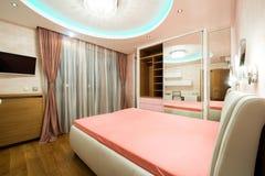 Luksusowa sypialnia z nowożytnymi podsufitowymi światłami Obraz Royalty Free
