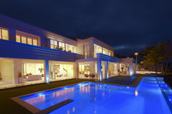 Luksusowa willa z dużym basenem Zdjęcia Royalty Free