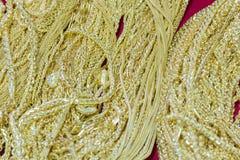 Luksusowa złocista kolia na czerwonym flanelowym tle Fotografia Royalty Free