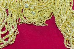 Luksusowa złocista kolia na czerwonym flanelowym tle Zdjęcie Royalty Free
