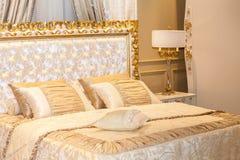 Luksusowa złocista sypialnia Zdjęcia Stock