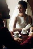 Luksusowe ślub pary mienia ręki i pić kawa w kawiarni Fotografia Royalty Free