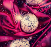 Luksusowe Bożenarodzeniowe piłki dalej różny koloru atłas i błyszczący tło Obrazy Stock