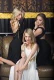 Luksusowe dziewczyny w wieczór sukniach w pięknym zdjęcie royalty free
