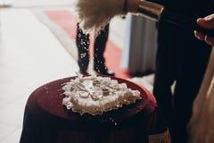 Luksusowe złote obrączki ślubne na sercu kształtowali jedwabniczą poduszkę, ksiądz zdjęcie royalty free