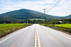 Luksusowe ziemi uprawnych drogi Płynie Wokoło Raystown jeziora w Pennsylvani, Obraz Royalty Free
