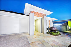 Luksusowego dworu frontowa strona z bielu garażem i ścianami Zdjęcia Royalty Free