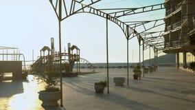 Luksusowego hotelu kompleks z dennymi widokami i dziecka ` s boiskiem zbiory wideo