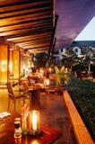 Luksusowego kurortu restauracyjny obiadowy stół i siedzenie basenem w tr fotografia stock