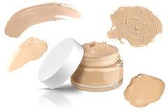 Luksusowej szklanej twarz makijażu creme podstawy otwarty zbiornik i cztery mażącej kolor próbki odosobnionych na białym tle, prz zdjęcia stock