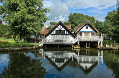 Luksusowi brzeg rzeki domy w Anglia Obrazy Royalty Free
