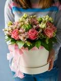 Luksusowi bukiety różni kwiaty w kapeluszu boksują obraz stock