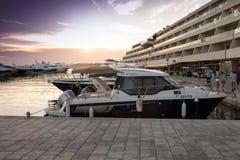 Luksusowi jachty cumujący w marina Obrazy Royalty Free