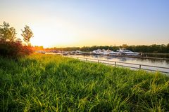Luksusowi jachty dokowali w marina przy kolorowym zmierzchem Nowożytne łodzie parkuje przy molem Lato widok brzeg rzeki zdjęcie stock