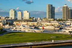 Luksusowi jachty i USA straży przybrzeżnej naczynia przy Miami Marina, Floryda, usa zdjęcia stock