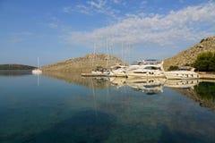 Luksusowi jachty mored, barwiony zmierzch w małej zatoce w krajowych parLuxury jachtach mored w barwionym zmierzchu w małej zatoc Fotografia Stock