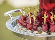 Luksusowi napoje na ślubu stole i jedzenie Zdjęcie Royalty Free