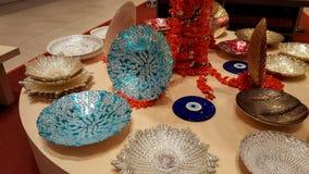 Luksusowi nowożytni ceramiczni talerze na pokazie przy sklepem obrazy royalty free