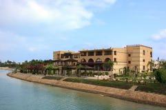 Luksusowi plażowi domy w jeziorze z niebieskim niebem Zdjęcie Royalty Free