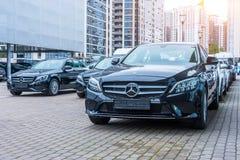 Luksusowi samochody Mercedes-Benz C i E klasowy parkingin rząd samochodowy sklep Rosja Petersburg 09 2018 Październik zdjęcia stock