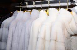 Luksusowi wyderkowi żakiety Biali futerkowi żakiety na gablocie wystawowej rynek z bliska Fotografia Royalty Free