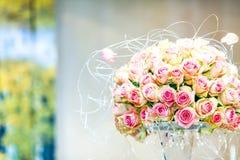 Luksusowy ślubny bukiet różowe róże i srebna podszewka zdjęcie stock