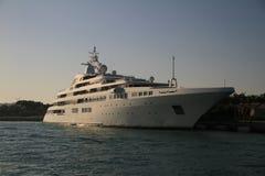 Luksusowy łódkowaty Dubai marina statek fotografia stock