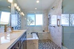 Luksusowy łazienka projekt z Marmurową prysznic obwódką zdjęcia stock