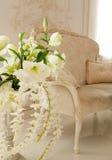 Luksusowy żywy pokój dekorujący białymi kwiatami Zdjęcia Royalty Free