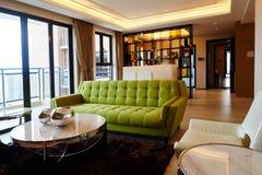 Luksusowy żywy pokój z dużym szklanym okno Zdjęcia Royalty Free