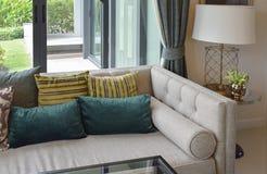 Luksusowy żywy pokój z klasyczną kanapą, karłem i decorami, Fotografia Stock