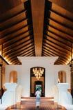Luksusowy azjatykci Tajlandzki kurortu wejście z wysokim drewnianym sufitem, ciepłym obrazy stock