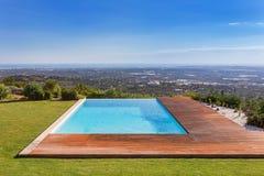 Luksusowy basen na tle piękna sceneria Obraz Royalty Free