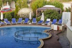 Luksusowy basen otaczający drzewami Zdjęcie Stock