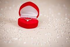Luksusowy biżuteryjny pudełko z diamentowym pierścionkiem obraz royalty free