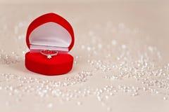 Luksusowy biżuteryjny pudełko z diamentowym pierścionkiem obrazy royalty free