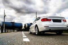 Luksusowy biały samochodowy czekanie przy kolejowym skrzyżowaniem Fotografia Stock