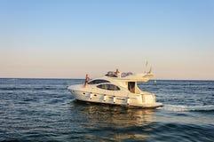 Luksusowy bielu silnika jacht pod wyjściem przy morzem Fotografia Stock
