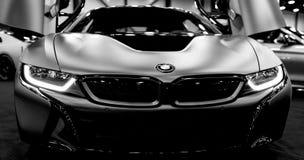 Luksusowy BMW i8 hybrydowy elektryczny coupe Przenośny hybrydowy sportowy samochód Pojęcie elektryczny pojazd czarny white Samoch Zdjęcie Stock