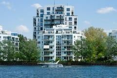 Luksusowy budynek mieszkaniowy na banku bomblowanie Zdjęcie Royalty Free