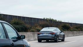 Luksusowy czarny Audi limuzyny wykonawczy samochód na autobahn obrazy royalty free
