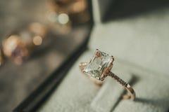 Luksusowy diamentowy pierścionek w biżuterii pudełka rocznika stylu obrazy royalty free