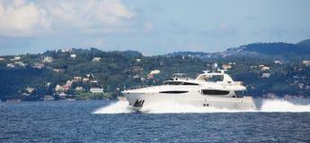Luksusowy duży motorboat lub silnika jacht w morzu Obrazy Royalty Free