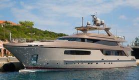 Luksusowy duży motorboat lub silnika jacht w morzu Obrazy Stock