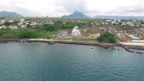 Luksusowy Hotel architektura w Mauritius Latający nad oceanem indyjskim i plażą, Flic en Flac teren plażowy społeczeństwo zbiory wideo