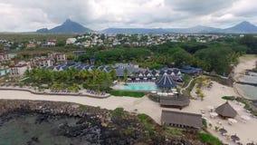 Luksusowy Hotel architektura w Mauritius Latający nad oceanem indyjskim i plażą, Flic en Flac teren plażowy społeczeństwo zdjęcie wideo