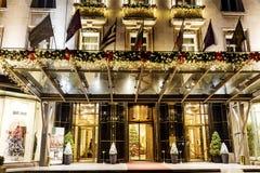 Luksusowy hotel z Bożenarodzeniową dekoracją przy nocą Fotografia Stock