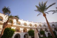Luksusowy hotel z drzewkami palmowymi zdjęcia royalty free