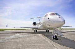 Luksusowy Intymnego strumienia samolot bombardier Globalny - Boczny widok - obraz stock